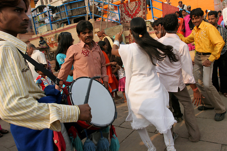 01.12.2008 Varanasi(Uttar Pradesh)<br /> <br /> People playing music and dancing for a wedding in the ghat.<br /> <br /> Personnes faisant de la musique et dansant pour un mariage sur le ghat.
