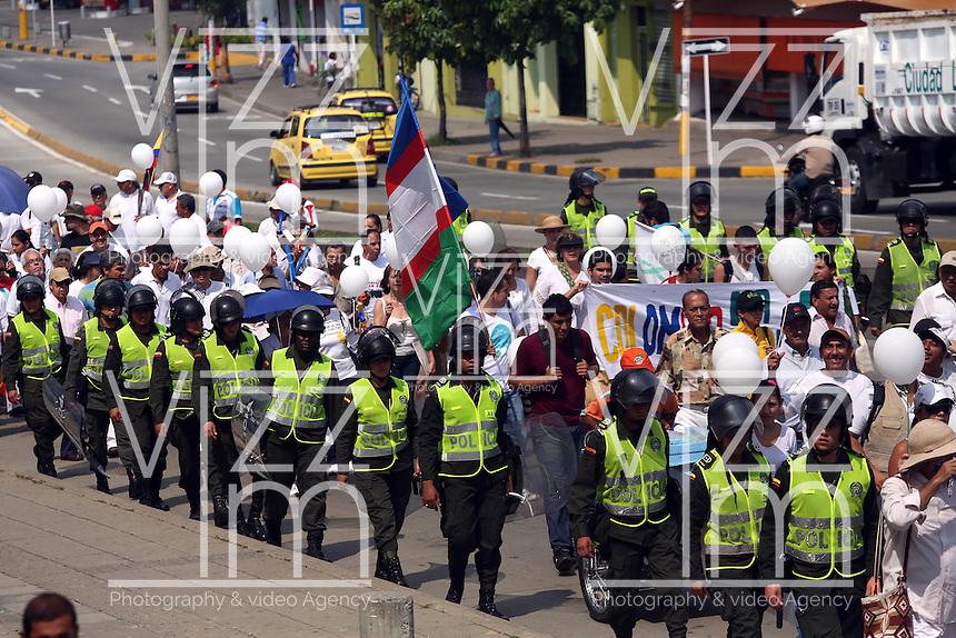 CALI - COLOMBIA - 09-04-2013: Miles de ciudadanos participaron en la marcha por la Paz en Cali, abril 09 de 2013. Miles de Colombianos encabezados por el Presidente Juan Manuel Santos, marcharon por la Paz en las calles de las ciudades del país (Foto: VizzorImage / Juan C. Quintero / Str.) Thousands of people participated in the march for peace in Cali, April 9, 2013. Thousands of Colombians headed by President Juan Manuel Santos, marched for peace on the streets of the cities of the country (Photo: VizzorImage / Juan C Quintero / Str).