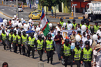 CALI - COLOMBIA - 09-04-2013: Miles de ciudadanos participaron en la marcha por la Paz en Cali, abril 09 de 2013. Miles de Colombianos encabezados por el Presidente Juan Manuel Santos, marcharon por la Paz en las calles de las ciudades del país (Foto: VizzorImage / Juan C. Quintero / Str.) Thousands of people participated in the march for peace in Cali, April 9, 2013. Thousands of Colombians headed by President Juan Manuel Santos, marched for peace on the streets of the cities of the country (Photo: VizzorImage / Juan C Quintero / Str).