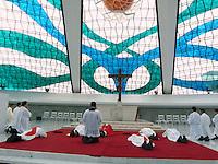 BRASÍLIA, DF 29 DE MARÇO 2013. SEMANA SANTA COM VIA SACRA NA CATEDRAL DE BRASÍLIA. Sexta feira (29) da paixão sendo realizada uma missa celebrada pelo Arcebispo de Brasília Don Sérgio da Rocha, e logo após com a Via Sacra percorrendo a Esplanada dos Ministério do Distrito Federal..FOTO RONALDO BRANDÃO / BRAZIL PHOTO PRESS
