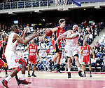 2015-10-31 / Basketbal / seizoen 2015-2016 / Antwerp Giants - Limburg United / Mike Smith (Giants) met de pass op Melsahn Basabe<br />