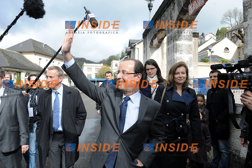 Francois Hollande e Valérie Trierweiler.22/04/2012 Tulle -  Voto del candidato del partito socialista, per le elezioni presidenziali..Foto Insidefoto / Panoramic .ITALY ONLY.