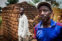 Die Christen Wilibo Zoumaia Gilbert (r.) und sein Sohn Gounfai (l.) vor ihrem von den überwiegend muslimischen Seleka-Rebellen zerstörten Haus in dem Dorf Zere im Norden der Zentralafrikanischen Republik Aufnahmedattum 11.3.2014