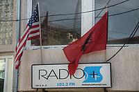 Bandiera americana e kosovara insieme su insegna di radio privata.