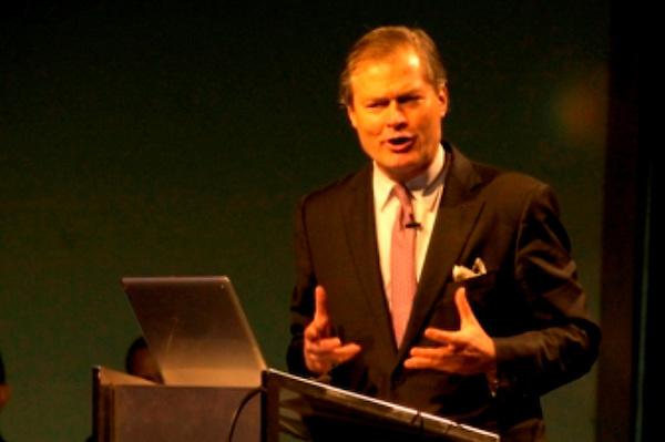 """Gunter Pauli en su conferencia """"Economía Azul"""", el 11 de octubre en la UNPHU. Fuente externa."""