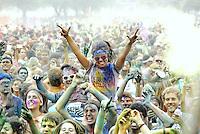 CORRIDA COLOR RUN - RIO DE JANEIRO, RJ 16 DE DEZEMBRO 2012 - Foi realizado a corrida The Color Run no Aterro do Flamengo nesta manhã de domingo (16). Esta corrida tem em cada ponto de 1 KM ( mil metros)  um grupo jogando um pó de uma cor onde no final todos estão coloridos com uma grande festa na chegada.  Cada corredor recebe no kit um envelope com este po de determinada cor para jogar em algum ponto. A largada teve mais de um ponto e foi em frente ao Monumento dos Pracinhas no Aterro do Flamengo zona sul da cidade fluminense..FOTO RONALDO BRANDÃO / BRAZIL PHOTO PRESS