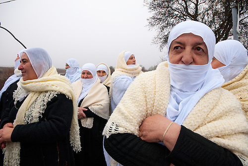 Plateau du Golan, dans la zone tampon entre la Syrie et Israel, Jan 2011. Dans le cadre de la reunification familiale facilitee par le CICR (Comite International de la Croix Rouge), un mariage a lieu entre une Syrienne et un  Israelien de la comunaute druze, qui est separee des deux cotes de la frontiere. Des proches attendent les maries. Le temps d'une petite heure, c'est une occasion unique de revoir des parents qui vivent de l'autre cote de la frontiere depuis qu'Israel a annexe le Golan en 1981 (annexion non reconnue a ce jour par l'ONU). Seul le CICR est habilite a coordoner ce genre de reunion, car la frontiere est fermee pour les civils.