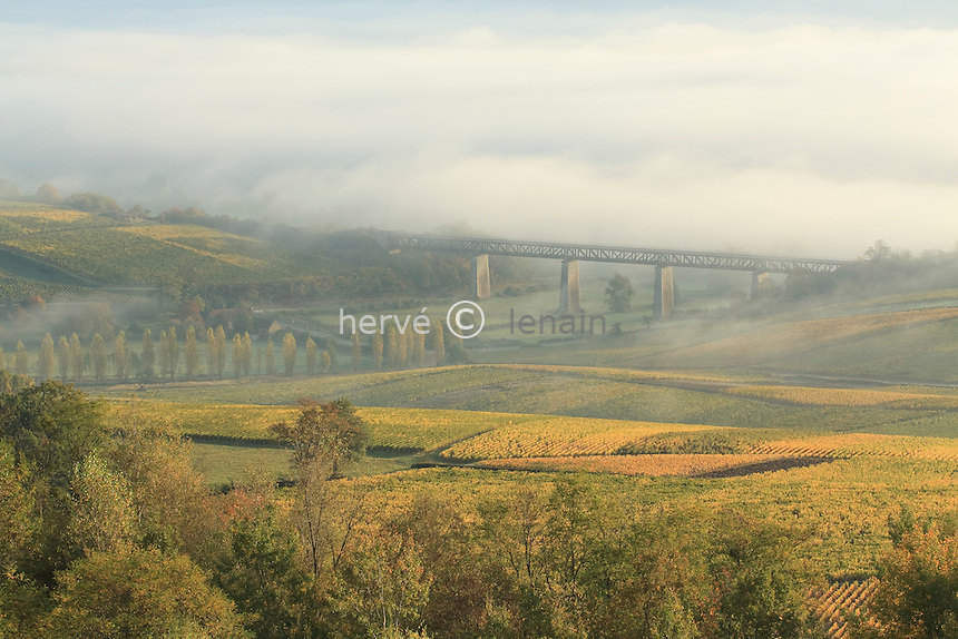 France, Cher (18), région du sancerrois, Sancerre, vignoble de Sancerre en automne. Le viaduc de l'ancienne voie ferrée. Sous la brume du matin, la vallée de la Loire // France, Cher, Sancerre region, Sancerre, Sancerre vineyards in autumn. The viaduct of the old railway. On the morning mist, the valley of the Loire