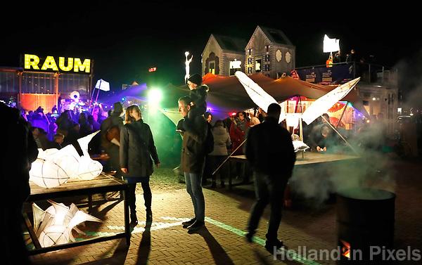Nederland Utrecht - november 2018. Raum op het Berlijnplein. Sint Maarten is in Utrecht favoriet boven Halloween. In Leidsche Rijn ontstaat een nieuwe traditie: het Vuur van Sint Maarten. Het Vuur van Sint Maarten is een spektakel vol lichtkunst en muziek.   Foto Berlinda van Dam / Hollandse Hoogte