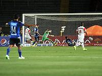 BOGOTA - COLOMBIA -21 -02-2015: Fernando Uribe (2Der) jugador de Millonarios anota gol a Pablo Mina (Cent.) portero de Cortulua, durante partido entre Millonarios y Cortulua por la fecha 5 de la Liga Aguila I-2015, jugado en el estadio Nemesio Camacho El Campin de la ciudad de Bogota. / Fernando Uribe, (2R) player of Millonarios scored a gaol to Pablo Mina (C), goalkeeper of Cortulua, during a match between Millonarios and Cortulua, for the date 5 of the Liga Aguila I-2015 at the Nemesio Camacho El Campin Stadium in Bogota city, Photo: VizzorImage / Luis Ramirez / Staff.