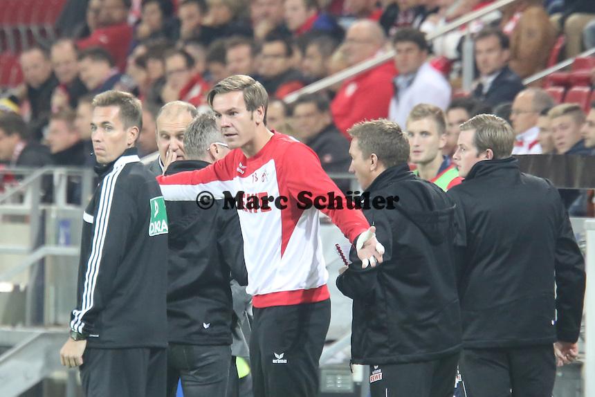 Bank des 1. FC Köln mit Thomas Kessler regt sich auf - 1. FSV Mainz 05 vs. 1. FC Köln, Coface Arena, 2. Runde DFB-Pokal