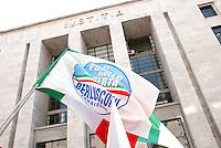 Processo Mediatrade. Sostenitori di Berlusconi all'ingresso del tribunale...Milano, 2 maggio 2011. Mediatrade Trail. Berlusconi's supporters in front of the lawcort. Milan, May 2, 2011
