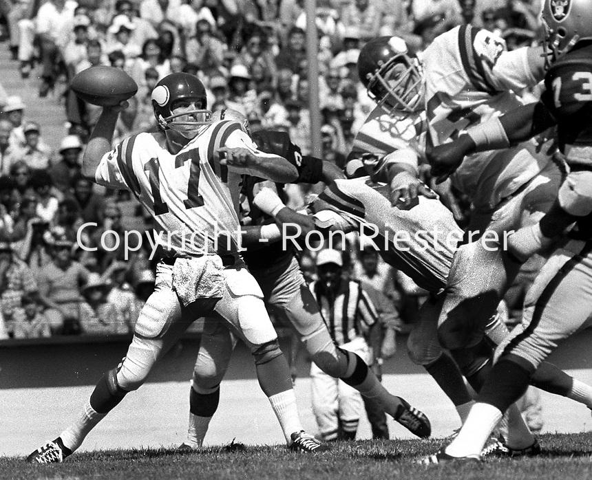 Minnesota Vikings #17 Bob Berry passing against the Oakland Raiders (1973 phfoto/Ron Riesterer)