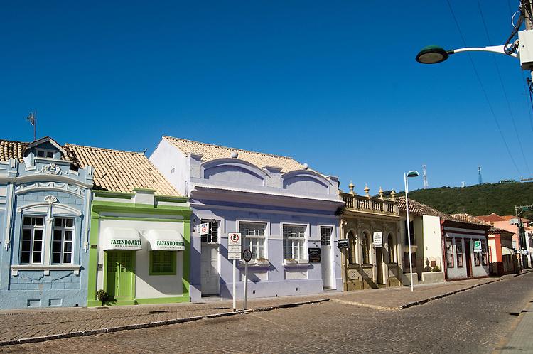 """Construções antigas do centro histórico da cidade de Laguna, Santa Catarina, Brasil.As primeiras construções da """"Vila"""" de Laguna eram de pau a pique, cobertas com palha, que aos poucos foram sendo substituídas por edificações de adobe, tijolo rústico um pouco maior que o normal, e pedra. Devido à influência dos alemães e italianos, a arquitetura eclética do Centro Histórico vem modificando aos poucos o espaço urbano, passando a aumentar o vazio entre as edificações. O estilo arquitetônico apresenta estilo clássico e gótico e se mistura com uma arquitetura cheia de ornamentação e decorativismo. Hoje o Centro Histórico apresenta em torno de 600 casarios e monumentos históricos tombados desde 04 de outubro de 1978 por parte do decreto lei da Prefeitura Municipal de Laguna."""