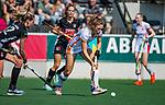 AMSTELVEEN - Laura Nunnink (OR) met Lauren Stam (A'dam)  tijdens de hoofdklasse competitiewedstrijd hockey dames,  Amsterdam-Oranje Rood (5-2). COPYRIGHT KOEN SUYK