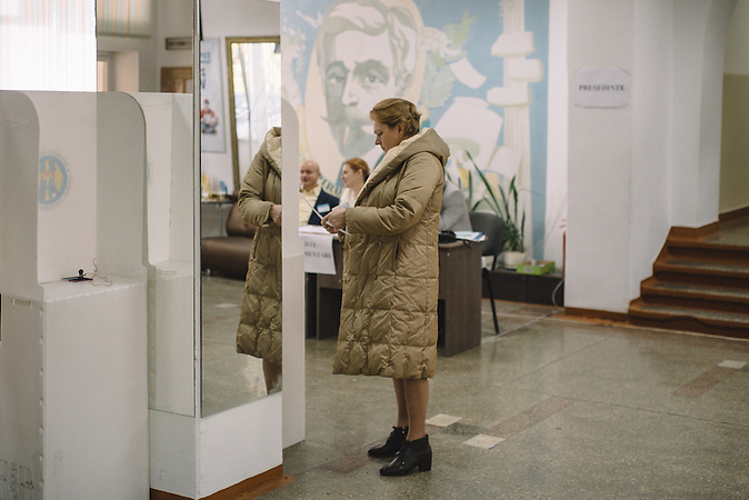 Woman looking at the ballot inside the voting station in  Chisinau, Republic of Moldova.  / Präsidentenwahl in der Republik Moldau am 30.10.2016 in Chisinau