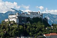 Oesterreich, Salzburger Land, Salzburg: hoch ueber der Altstadt thront die Festung Hohensalzburg | Austria, Salzburger Land, Salzburg: Fortress Hohensalzburg above Old Town