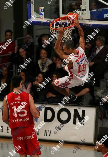 Antwerp Giants - BC Oostende: David Toya blijft hangen na een dunk. Ovcina is verslagen.