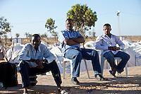 Tunisie Camp UNHCR de refugies libyens a la frontiere entre Tunisie et Libye ....Tunisia UNHCR refugees camp  Tunisian and Libyan border  Campo profughi alla frontiera libica Rifugiati seduti in attesa