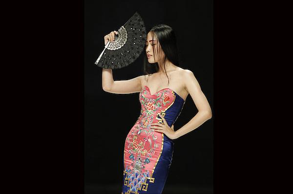 HHY27 PEKÍN (CHINA), 25/10/2012.- Una modelo presenta una creación del diseñador chino Ne Tiger durante la Semana de la Moda de Pekín, China hoy, jueves 25 de octubre de 2012. El evento, que está patrocinado por Mercedes-Benz, se celebra del 24 de octubre al 3 de noviembre. EFE/How Hwee Young