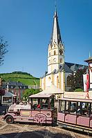 Germany, Rhineland-Palatinate, Bad Neuenahr-Ahrweiler, district Ahrweiler: market square with church St. Laurentius and stop of Ahrtal-Express | Deutschland, Rheinland-Pfalz, Ahrtal, Bad Neuenahr-Ahrweiler, Stadtteil Ahrweiler: Marktplatz mit St. Laurentius Kirche und Haltestelle des Ahrtal-Express