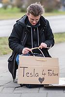 Am Rande einer Demonstration gegen die geplante Tesla-Gigafactory im Brandenburgischen Gruenheide mit mehreren hundert Menschen am Samstag den 22. Februar 2020 in Erkner versammelten sich ca. ein dutzend Befuerworter der Gigafactory.<br /> 22.2.2020, Erkner<br /> Copyright: Christian-Ditsch.de<br /> [NUR FUER REDAKTIONELLE ZWECKE! Werbung nur auf Anfrage beim Fotografen. Inhaltsveraendernde Manipulation des Fotos nur nach ausdruecklicher Genehmigung des Fotografen. Vereinbarungen ueber Abtretung von Persoenlichkeitsrechten/Model Release der abgebildeten Person/Personen liegen nicht vor. NO MODEL RELEASE! Don't publish without copyright Christian-Ditsch.de, Veroeffentlichung nur mit Fotografennennung, sowie gegen Honorar, MwSt. und Beleg. Konto: I N G - D i B a, IBAN DE58500105175400192269, BIC INGDDEFFXXX, Kontakt: post@christian-ditsch.de<br /> Bei der Bearbeitung der Dateiinformationen darf die Urheberkennzeichnung in den EXIF- und  IPTC-Daten nicht entfernt werden, diese sind in digitalen Medien nach §95c UrhG rechtlich geschuetzt. Der Urhebervermerk wird gemaess §13 UrhG verlangt.]