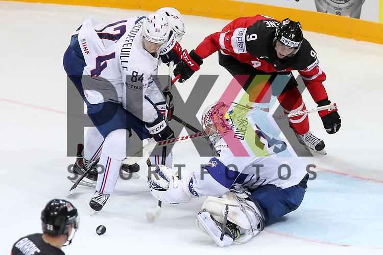 Frankreichs Quemener, Ronan (Nr.33) am Boden geht zum Puck, geholfen von Frankreichs Hecquefeuille, Kevin (Nr.84) gegen Canadas Duchene, Matt (Nr.9)  im Spiel IIHF WC15 France vs Canada.<br /> <br /> Foto &copy; P-I-X.org *** Foto ist honorarpflichtig! *** Auf Anfrage in hoeherer Qualitaet/Aufloesung. Belegexemplar erbeten. Veroeffentlichung ausschliesslich fuer journalistisch-publizistische Zwecke. For editorial use only.
