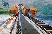 Carregamento de minerio de ferro no quadrilatero ferrífero de Mariana. Minas Gerais. 1978. Foto de Juca Martins.