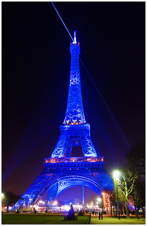 Eiffel tower at night in blue light phil haber photography for Housse tour de lit