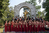Taiwanesische Musiker vor Denkmal von Walzerk&ouml;nig Johann Strauss - Sohn im Stadtpark, Wien, &Ouml;sterreich, UNESCO-Weltkulturerbe<br /> taiwanese musicians and Monument of Johann Strauss-son in the Stadtpark, Vienna, Austria, world heritage