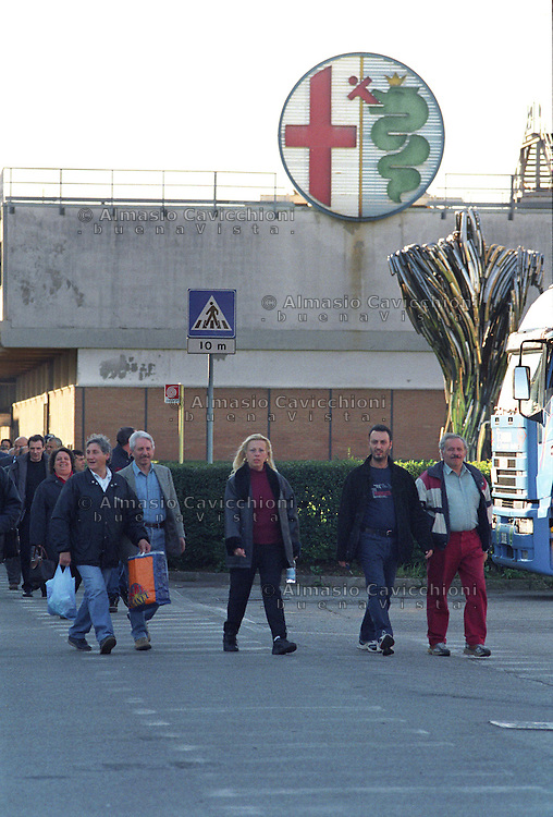 28 OTT 2002 Arese: uscita degli operai all' ALFA ROMEO..exit of workers from the.