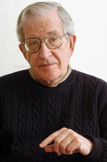 Noam Chomsky, Professor fuer Linguistik und Philosophie am Massachusetts Institute of Technology (MIT)<br /> Avram Noam Chomsky wurde am 7. Dezember 1928 in Philadelphia, Pennsylvania geboren. Chomsky gilt als einer der bedeutendsten Intellektuellen der USA und ist als scharfer Kritiker der US-amerikanischen Aussenpolitik bekannt.<br /> 25.3.2005, Berlin<br /> Copyright: Christian-Ditsch.de<br /> [Inhaltsveraendernde Manipulation des Fotos nur nach ausdruecklicher Genehmigung des Fotografen. Vereinbarungen ueber Abtretung von Persoenlichkeitsrechten/Model Release der abgebildeten Person/Personen liegen nicht vor. NO MODEL RELEASE! Nur fuer Redaktionelle Zwecke. Don't publish without copyright Christian-Ditsch.de, Veroeffentlichung nur mit Fotografennennung, sowie gegen Honorar, MwSt. und Beleg. Konto: I N G - D i B a, IBAN DE58500105175400192269, BIC INGDDEFFXXX, Kontakt: post@christian-ditsch.de<br /> Bei der Bearbeitung der Dateiinformationen darf die Urheberkennzeichnung in den EXIF- und  IPTC-Daten nicht entfernt werden, diese sind in digitalen Medien nach &sect;95c UrhG rechtlich geschuetzt. Der Urhebervermerk wird gemaess &sect;13 UrhG verlangt.]