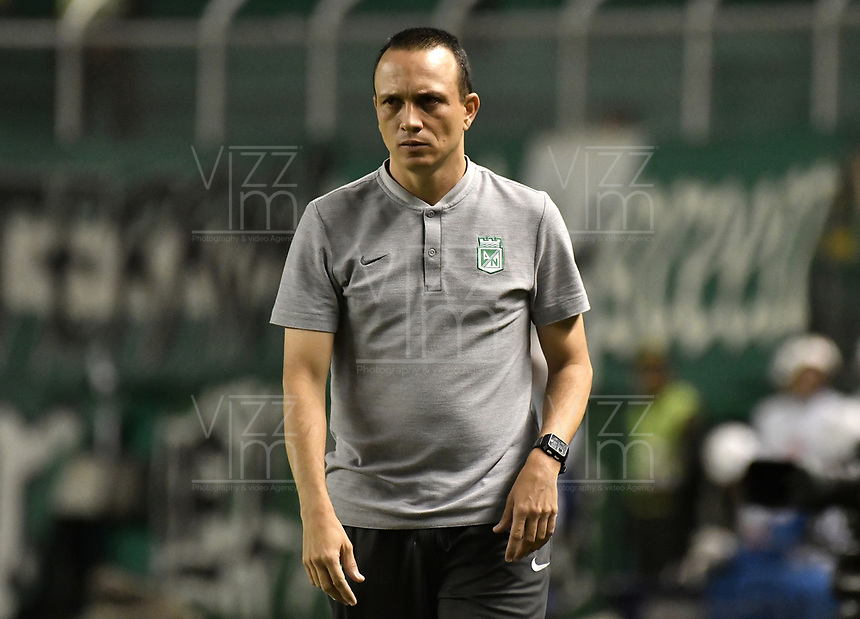 PALMIRA - COLOMBIA, 26-05-2019: Alejandro Restrepo técnico de Nacional gesticula durante el partido entre Deportivo Cali y Atlético Nacional como parte de la Liga Águila I 2019 jugado en el estadio Deportivo Cali de la ciudad de Palmira. / Alejandro Restrepo coach of Nacional gestures during match between Deportivo Cali and Atletico Nacional for the date 4, semifinal quadrangulars, as part Aguila League I 2019 played at Deportivo Cali stadium in Palmira city.  Photo: VizzorImage / Gabriel Aponte / Staff