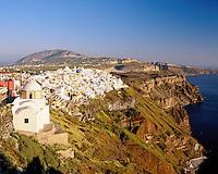 Greece, Cyclades, Santorini, Fira (Thira): Overview of Town on Cliff | Griechenland, Kykladen, Santorini, Fira (Thira): Blick ueber die Stadt und die Klippen
