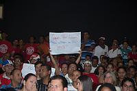 """EMBU DAS ARTES, SP, 16 DE FEVEREIRO DE 2013. PALESTRA DO MINISTRO ALDO REBELO PARA PREFEITOS.  Manifestantes do movimento Trabalhadores Sem Teto durante palestra do ministro Aldo Rebelo sobre sobre """"Oportunidades dos Megaeventos"""", destacando como a Copa do Mundo da FIFA Brasil 2014 e os Jogos Olímpicos e Paraolímpicos Rio 2016. Os manifestantes gritaram palavras de ordens contra despejos e desapropriações pra construção de estádios. FOTO ADRIANA SPACA/BRAZIL PHOTO PRESS"""