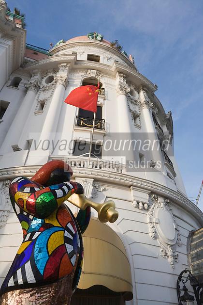 Europe/France/Provence-Alpes-Côte d'Azur/06/Alpes-Maritimes/Nice: L' Hôtel Negresco sur la promenade des Anglais et statue de Niki de Saint-Phalle