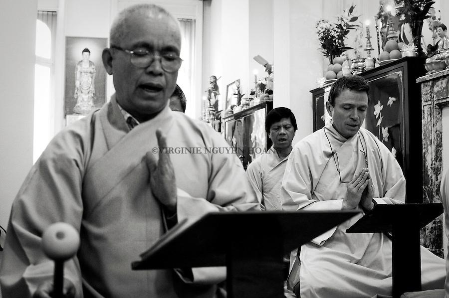 """Ensemble: La séance du dimanche se compose en deux temps, méditation individuelle du Zen, suivie d'une heure de méditation et chants collectifs dite méditation """" Terre Pure""""."""