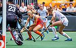 Den Bosch  - Kyra Fortuin (Ned) met Joanne Peeters (Belgie)    tijdens  de Pro League hockeywedstrijd dames, Nederland-Belgie (2-0).    COPYRIGHT KOEN SUYK