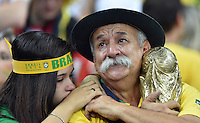 FUSSBALL WM 2014                HALBFINALE Brasilien - Deutschland          08.07.2014 Enttaeuschte Brasilianische Fans nach dem Abpfiff