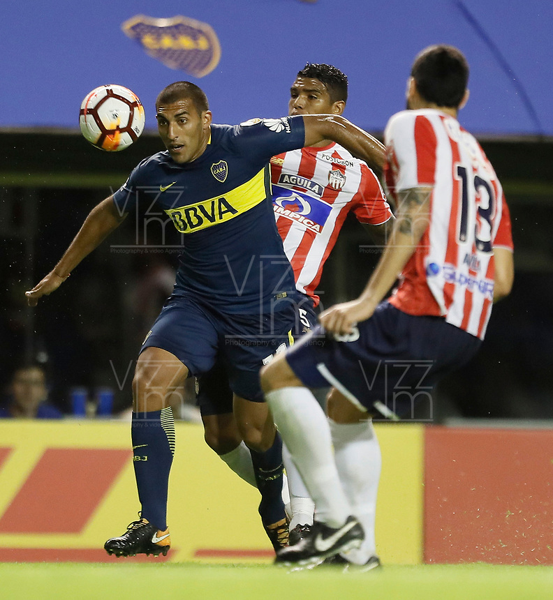 "BUENOS AIRES - ARGENTINA - 04 - 04 - 2018: Ramon Abila (Izq.) jugador de Boca Juniors disputa el balón con Rafael Perez (Cent.) jugador de Atletico Junior, durante partido de la fase de grupos, grupo H, fecha 2, entre Boca Juniors (ARG) y Atletico Junior (Col) por la Copa Conmebol Libertadores 2018, jugado en el estadio Alberto J. Armando ""La Bombonera""  de la ciudad Ciudad Autónoma de Buenos Aires. / Ramon Abila (L) player of Boca Juniors vies for the ball with Rafael Perez (C) player of Atletico Junior, during a match of the groups phase, group H, of the 2nd date between Boca Juniors (ARG) and Atletico Junior (Col), for the Copa Conmebol Libertadores 2018 at the Alberto J. Armando ""La Bombonera"" Stadium in Ciudad Autónoma de Buenos Aires. Photo: VizzorImage / Javier Garcia Martino / Photogamma / Cont."