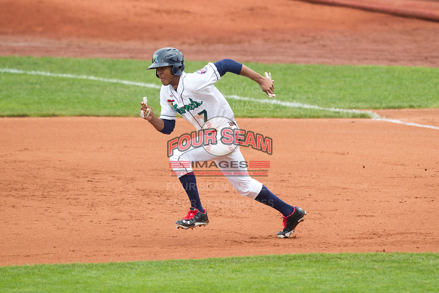 Cedar Rapids Kernels outfielder Byron Buxton #7 attempts to steal second base during a game against the Kane County Cougars at Veterans Memorial Stadium on June 9, 2013 in Cedar Rapids, Iowa. (Brace Hemmelgarn/Four Seam Images)