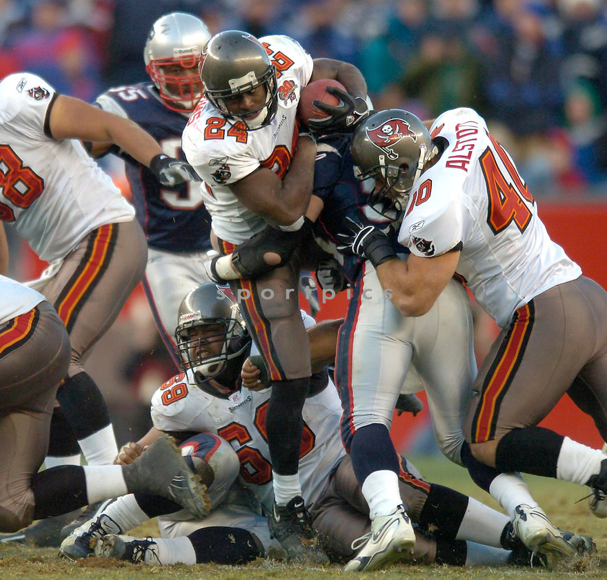 Carnell Williams of the the  Tampa Bay Buccaneers , in action during thier game against the New England Patriots  on December 17, 2005...Patriots win 28-0..David Durochik / SportPics