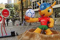 CURITIBA, PR, 26 DE SETEMBRO DE 2012 – MASCOTE COPA 2014 – Um boneco do mascote da Copa Fifa 2014 de três metros de altura foi instalado no calçadão da Rua XV de Novembro, centro de Curitiba. A réplica do tatu-bola, ainda não nomeado, deve permanecer no local até o dia 19 de novembro, prazo para a escolha do nome, cujas opções são Amijubi, Fuleco e Zuzeco. (FOTO: ROBERTO DZIURA JR./BRAZIL PHOTOS PRESS)