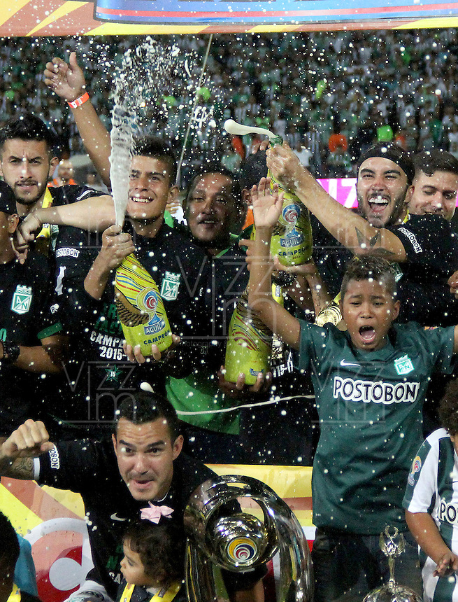 MEDELLÍN -COLOMBIA-20-12-2015. Jugadores de Atlético Nacional celebran el título como campeones de la Liga Aguila II 2015 después partido de vuelta de la final entre Atlético Nacional y Atlético Junior jugado en el estadio Atanasio Girardot de la ciudad de Medellín. / Players of Atletico Nacional celebrate as a champions of Aguila League II 2015 after second leg match of the final between Atletico Nacional and Atletico Junior played at Atanasio Girardot stadium in Medellin city. Photo: VizzorImage/ Felipe Caicedo / Staff