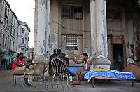 HAB103. LA HABANA (CUBA) 21/09/17.- Dos hombres cuya vivienda fue severamente afectada por el huracán Irma conversan junto a sus pertenencias hoy, jueves 21 de septiembre de 2017, en el malecón de La Habana (Cuba). EFE/Alejandro Ernesto