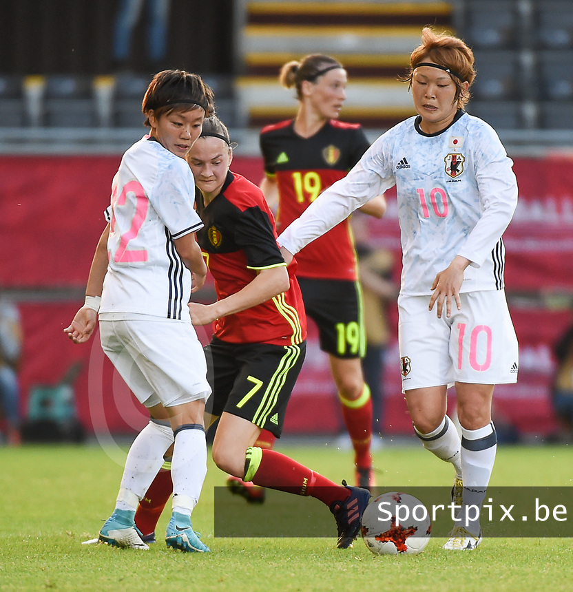 20170613 - LEUVEN ,  BELGIUM : Belgian Elke Van Gorp (M) with Japanese Ami Sugita (L) and Mizuho Sakaguchi (R) pictured during the female soccer game between the Belgian Red Flames and Japan , a friendly game before the European Championship in The Netherlands 2017  , Tuesday 13 th Juin 2017 at Stadion Den Dreef  in Leuven , Belgium. PHOTO SPORTPIX.BE | DIRK VUYLSTEKE