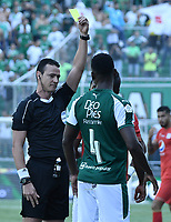 PALMIRA - COLOMBIA, 16-03-2019: Wilmar Roldan, arbitro, muestra la tarjeta amarilla a Hector Quiñones del América durante partido por la fecha 10 de la Liga Águila I 2019 entre Deportivo Cali y América de Cali jugado en el estadio Deportivo Cali de la ciudad de Palmira. / Wilmar Roldan, referee, shows the yellow card to Hector Quiñones of America during match for the date 10 as part Aguila League I 2019 between Deportivo Cali and America de Cali played at Deportivo Cali stadium in Palmira city.  Photo: VizzorImage / Gabriel Aponte / Staff