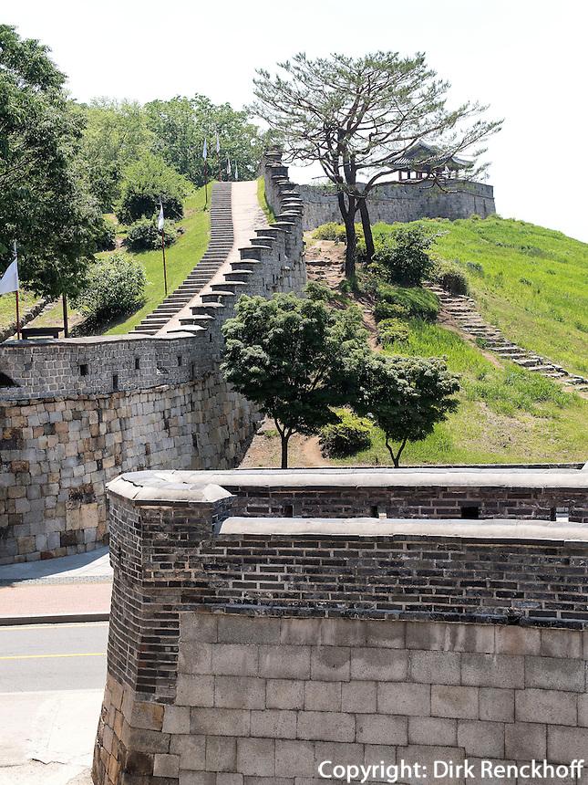 Mauer beim Nordtor Hwaseomun der Festung von Suwon, Provinz Gyeonggi-do, S&uuml;dkorea, Asien, Unesco-Weltkulturerbe<br /> wall near northgate Hwaseomun of fortress Hwaseong, Suwon, Province Gyeonggi-do, South Korea Asia, UNESCO World-heritage