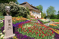 DEU, Deutschland, Baden-Wuerttemberg, Bodensee: Insel Mainau, Blumeninsel und groesste touristische Attraktion am Bodensee, Torbogengebaeude und Bueste von Graf Lennart-Bernadotte | DEU, Germany, Baden-Wuerttemberg, Lake Constance: Mainau Island, Flower Island and greatest tourist attraction at Lake Constance, archway building and bust of Earl Lennart-Bernadotte