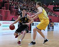 Basketball  1. Bundesliga  2017/2018  Hauptrunde  14. Spieltag  23.12.2017 Walter Tigers Tuebingen - Basketball Laewen Braunschweig Robert Zinn (li, Tigers) gegen Tom Alte (re, Braunschweig)